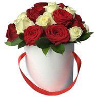 Красные и белые розы в коробке - цветы и букеты на salonroz.com