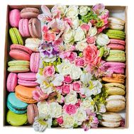 Чудесная коробка цветов с макарунами - цветы и букеты на salonroz.com