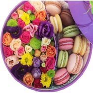 Flowers in a round box with cakes - flowers and bouquets on salonroz.com