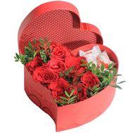 Коробка с розами и рафаэлло в форме сердца - цветы и букеты на salonroz.com