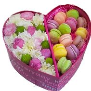 Box heart with flowers and macarons - flowers and bouquets on salonroz.com