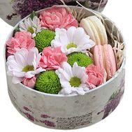 Небольшая коробка цветов с макарунами - цветы и букеты на salonroz.com