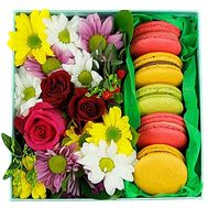 Bright box with cakes - flowers and bouquets on salonroz.com