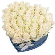 Білі троянди в коробці у формі серця - цветы и букеты на salonroz.com