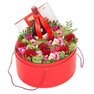 Цветы в шляпной коробке с вином и конфетами - цветы и букеты на salonroz.com