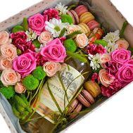 Коробка с цветами, вином и макарунами - цветы и букеты на salonroz.com
