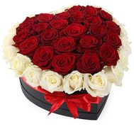 Box with red and white roses in heart - flowers and bouquets on salonroz.com
