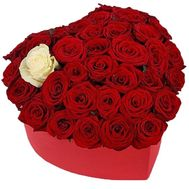 Коробка серце з червоними трояндами і однією білою - цветы и букеты на salonroz.com