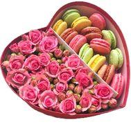 Розы и macarons в коробке в форме сердца - цветы и букеты на salonroz.com