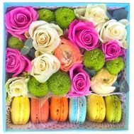 Macarons and flowers in square box - flowers and bouquets on salonroz.com