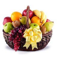 Корзина с фруктами: виноград, апельсины, груши, киви, яблоки, апельсины, бананы - цветы и букеты на salonroz.com