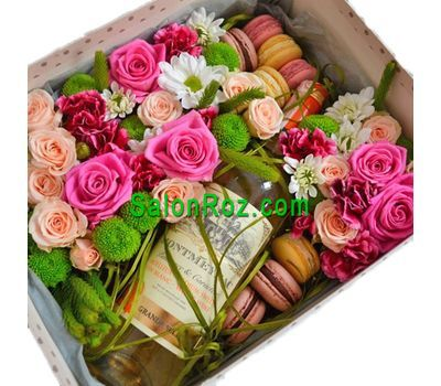 """""""Коробка с цветами, вином и макарунами"""" в интернет-магазине цветов salonroz.com"""